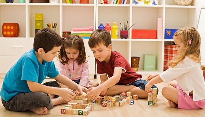 بازی کودکانه دخترانه در خانه