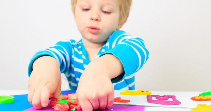 خمیر بازی کودک سه ساله