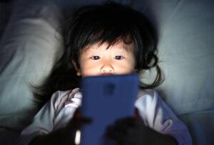 مضرات گوشی برای چشم کودکان